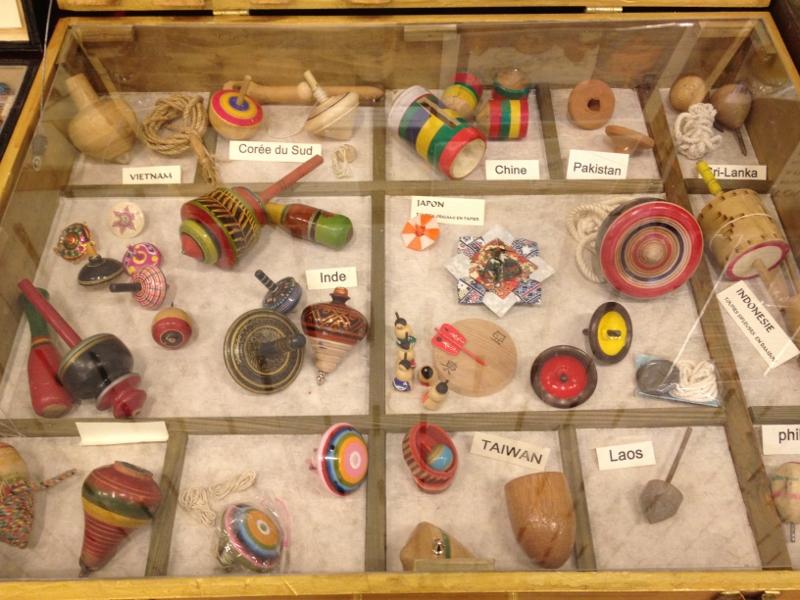 Les toupies traditionelles contenues dans ce coffret proviennent d'Inde, du Japon, de Birmanie, des Phillipes, du Vietnam ou encore d'Indonésie