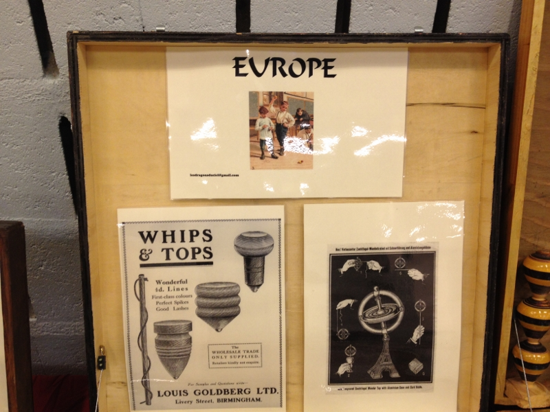Coffret d'exposition d'Europe de toupies traditionnelles du début du siècles à nos jours en particulier d'Allemagne, de France, d'Italie, d'Angleterre, de Belgique, d'Espagne et du Portugal